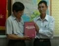 """Ban Tổ chức Tỉnh ủy tiếp nhận quyển sách """"Nhà tù Côn Đảo – danh sách hy sinh và từ trần giai đoạn 1930 – 1975"""""""