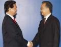 Thủ tướng gặp người đồng nhiệm Trung Quốc